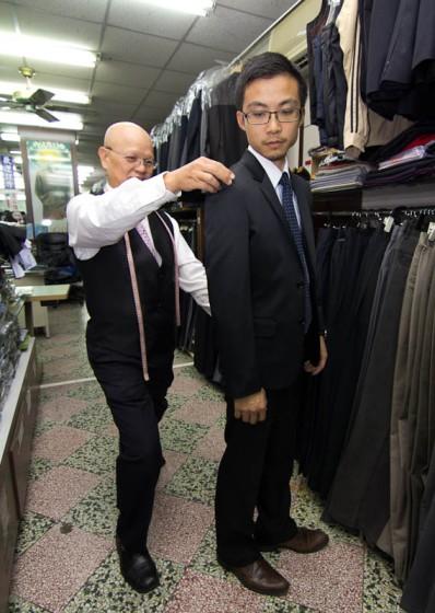 花蓮波羅蜜西服從量身、布料選擇、車縫線到最後製作出一件專屬於您的衣服,我們不僅僅是投入專業技術,並且將每件衣服當作是自己要穿上的衣服用心製作。